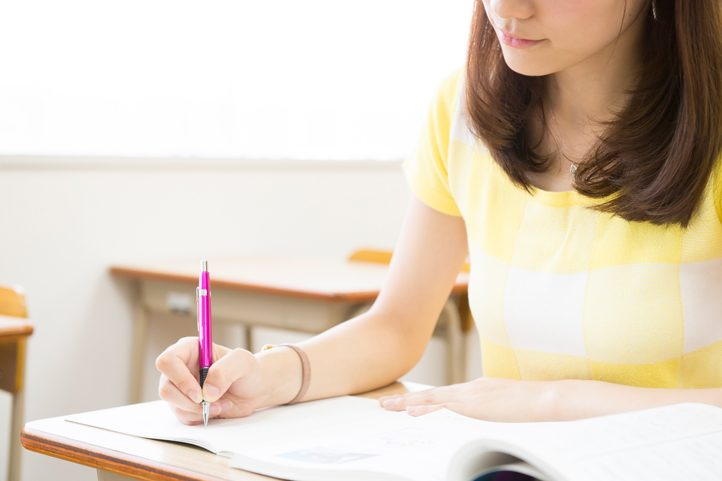 ガールズバーでのバイトは学生の勉強の邪魔にならない?