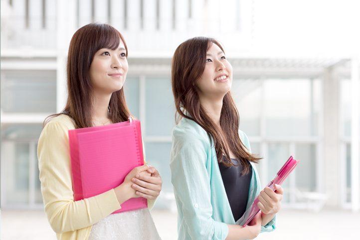 勉強しながらガールズバーのバイトをする大学生・専門学生