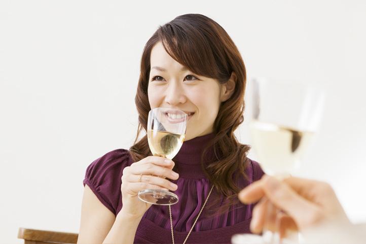 お酒好きで陽気な性格もガールズバーのバイトに向いている!
